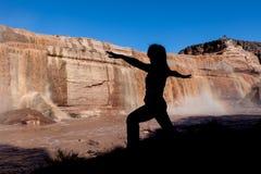 Joga praktyka przy spadkami Fotografia Stock