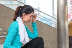Joga sporta pojęcie: młode kobiety koncentracyjne w zdrowie exercis zdjęcia stock
