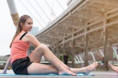 Joga sporta pojęcie: młode kobiety koncentracyjne w zdrowie exercis fotografia royalty free