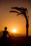Joga trenuje w tropikalnej lokaci Zdjęcia Stock
