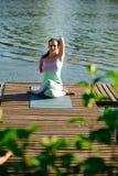 Joga w parku, plenerowym z skutka światłem, zdrowie kobieta, joga kobieta Pojęcie zdrowy styl życia i relaks obraz royalty free