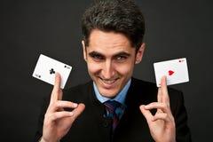 Jogador afortunado novo com cartões Imagens de Stock