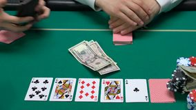 Jogador ardente do casino que dá o último dinheiro e o seu relógio, aposta, problemas financeiros vídeos de arquivo