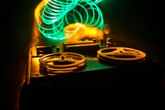 Jogador bobina a bobina e registrador do vintage velho no fundo nevoento tonificado escuro Jogador de registrador aberto da plata foto de stock