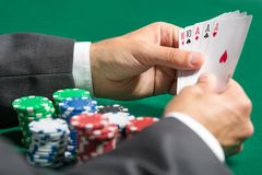 Jogador com a casa completa nas mãos Fotos de Stock Royalty Free