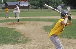 Jogador da liga júnior acima no bastão, jogo da liga júnior, Hebron, CT imagem de stock