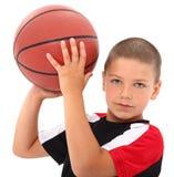 Jogador de basquetebol adorável da criança do menino no uniforme Imagens de Stock Royalty Free