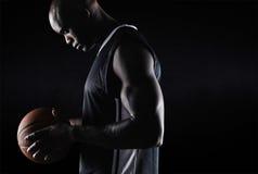 Jogador de basquetebol afro-americano com bola imagem de stock royalty free