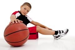 Jogador de basquetebol da criança do menino que relaxa Imagens de Stock Royalty Free