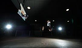 Jogador de basquetebol da noite fotografia de stock royalty free