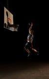 Jogador de basquetebol da noite imagens de stock royalty free