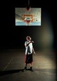 Jogador de basquetebol da noite fotografia de stock