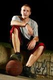 Jogador de basquetebol do Nighttime imagens de stock royalty free