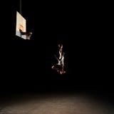 Jogador de basquetebol do Nighttime imagens de stock