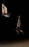 Jogador de basquetebol do Nighttime imagem de stock royalty free