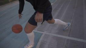 Jogador de basquetebol fêmea na luz da manhã na corte profissional que corre com bola Metragem de Handhelded vídeos de arquivo