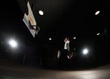 Jogador de basquetebol na noite fotos de stock royalty free