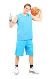Jogador de basquetebol que dá um polegar acima Foto de Stock Royalty Free