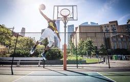 Jogador de basquetebol que joga duramente Fotografia de Stock