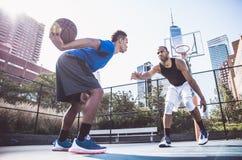Jogador de basquetebol que joga duramente Imagens de Stock Royalty Free
