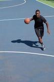 Jogador de basquetebol que pinga Fotografia de Stock Royalty Free