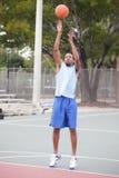 Jogador de basquetebol que toma o tiro Fotos de Stock Royalty Free