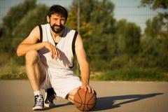 Jogador de basquetebol de sorriso Fotografia de Stock Royalty Free