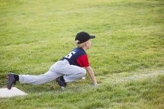 Jogador de beisebol novo do menino que espera na ó base Imagem de Stock
