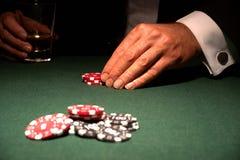 Jogador de cartão no casino com microplaquetas fotografia de stock royalty free