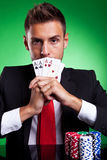 Jogador de cartão que cobre sua boca com os quatro ás Imagem de Stock