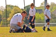 Jogador de ferimento do futebol para baixo