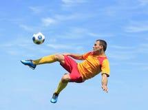 Jogador de futebol acrobático Fotografia de Stock