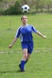 Jogador de futebol adolescente da menina na ação foto de stock