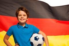 Jogador de futebol alemão com a bola sob seu braço Fotografia de Stock