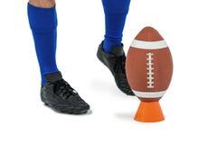 Jogador de futebol americano aproximadamente para retroceder a bola foto de stock