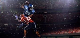 Jogador de futebol americano na ação no estádio Fotografia de Stock