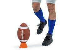 Jogador de futebol americano que está a ponto retroceder a bola fotografia de stock royalty free