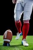 Jogador de futebol americano que está a ponto retroceder o futebol fotos de stock