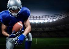 Jogador de futebol americano que levanta com a bola de rugby no estádio fotos de stock