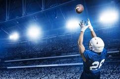 Jogador de futebol americano que trava uma passagem de aterrissagem imagens de stock royalty free
