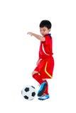 Jogador de futebol asiático novo com bola de futebol Isolado nos vagabundos brancos Fotos de Stock Royalty Free