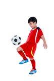 Jogador de futebol asiático novo com bola de futebol Tiro do estúdio Foto de Stock Royalty Free