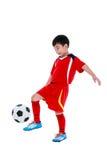 Jogador de futebol asiático novo com bola de futebol Tiro do estúdio Fotografia de Stock Royalty Free