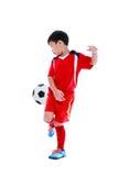 Jogador de futebol asiático novo com bola de futebol Tiro do estúdio Imagem de Stock