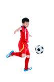 Jogador de futebol asiático novo com bola de futebol Tiro do estúdio Foto de Stock