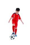 Jogador de futebol asiático novo com bola de futebol Tiro do estúdio Fotografia de Stock