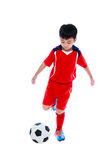 Jogador de futebol asiático novo com bola de futebol Tiro do estúdio Fotos de Stock