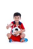Jogador de futebol asiático novo com futebol que sorri e que guarda o futebol Imagens de Stock Royalty Free