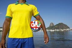Jogador de futebol brasileiro do futebol que está no Rio imagem de stock