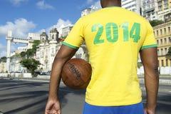 Jogador de futebol brasileiro do futebol que veste a camisa 2014 Salvador Bahia fotos de stock